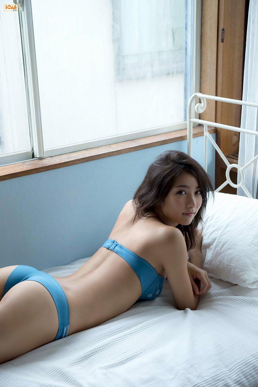 石川恋の水着グラビア