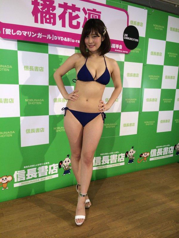DVDの発売記念イベントに水着で登場した橘花凛