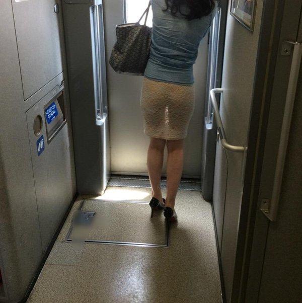 新幹線に透け透けスカートで乗って尻の割れ目が透けてる痴女