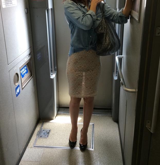 新幹線にスケスケスカートで乗ってる痴女