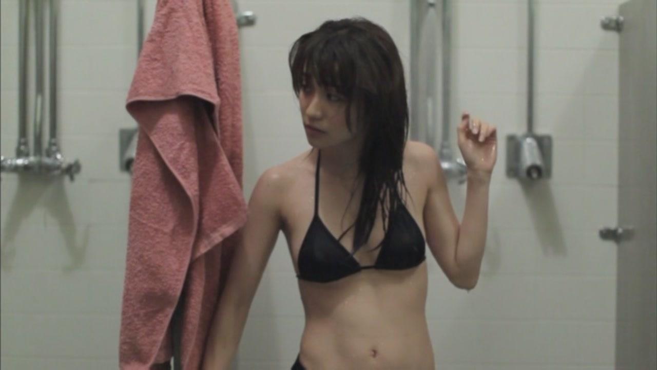 黒いビキニの水着を着た大島優子