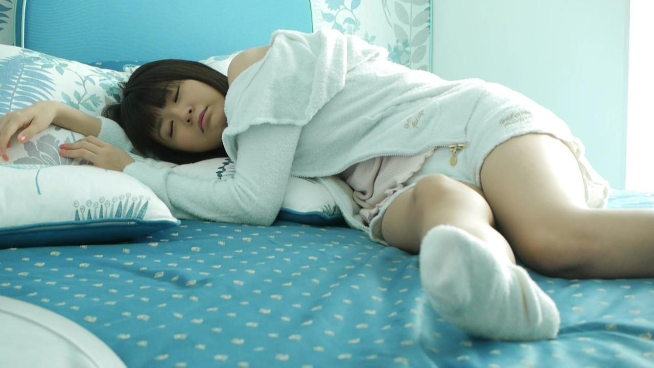 キャミソールにショートパンツでグラビア撮影する竹達彩奈のオフショット