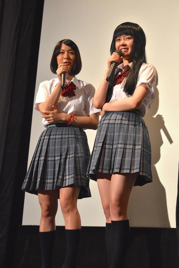 映画『やるっきゃ騎士』の初日舞台あいさつをする柳英里紗と遠藤新菜