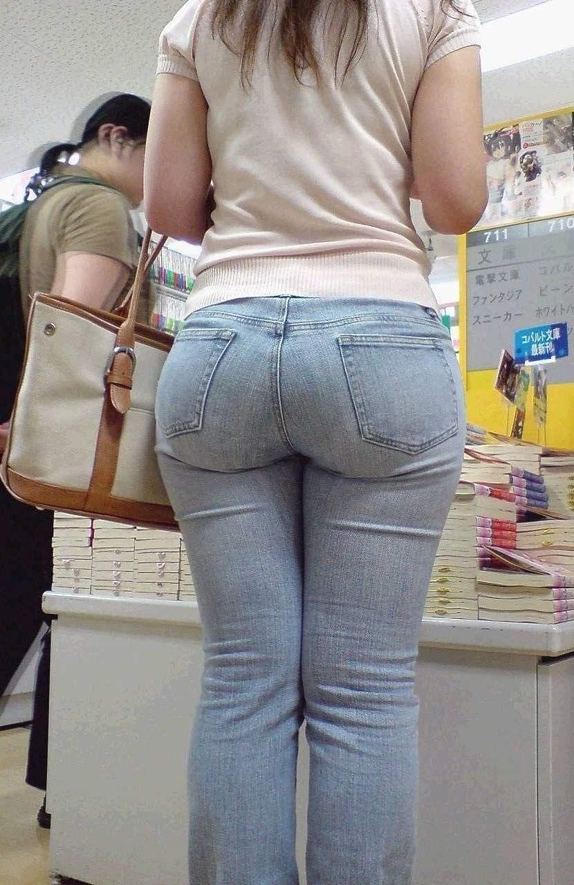 ピチピチのジーンズを履いたデカ尻女