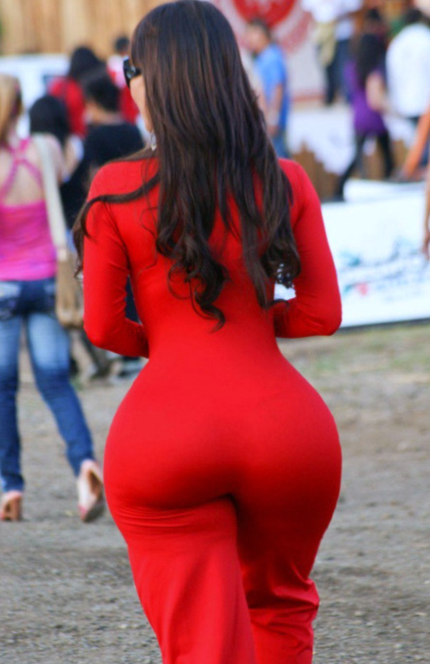 体のラインが出る服を着たデカ尻女性
