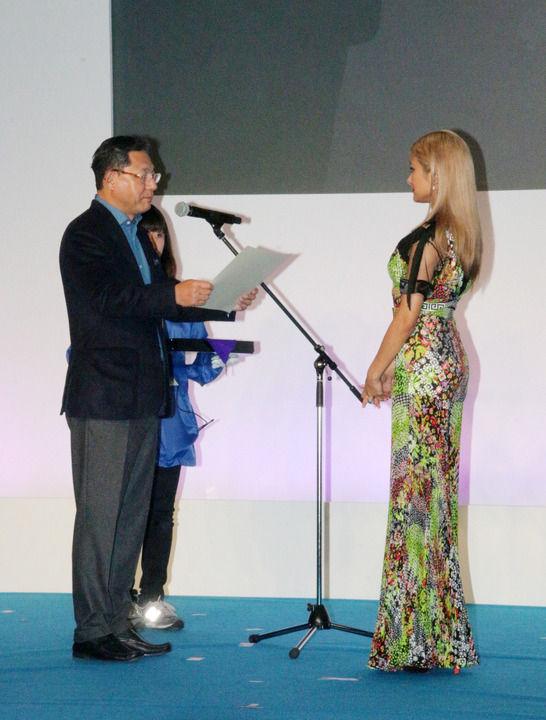 「クール・アングラーズ・アワード2016」授賞式に出席したローラ