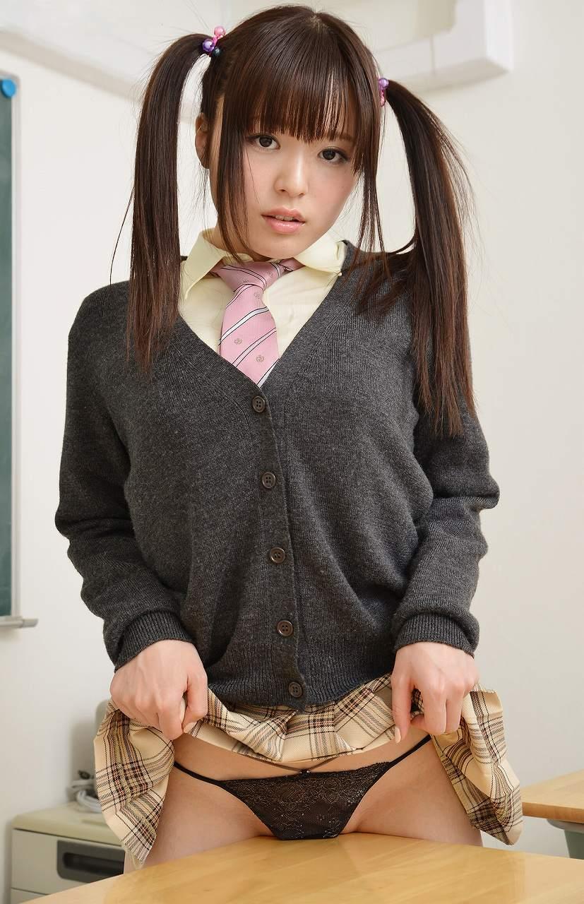 スカートを捲ってパンツを見せてる制服美少女