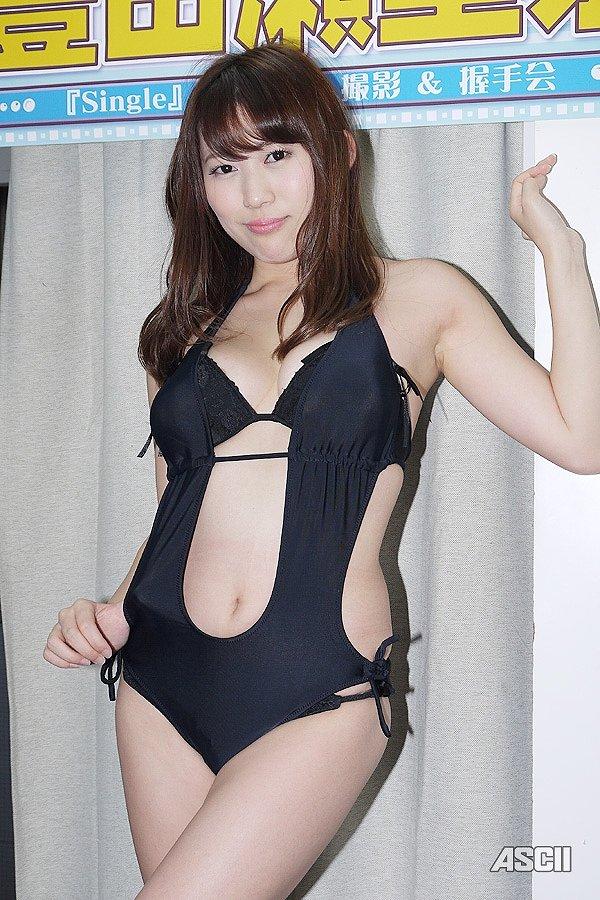 1thDVD「Single」発売記念イベントで変態水着を着てソフマップに登場した豊田瀬里奈