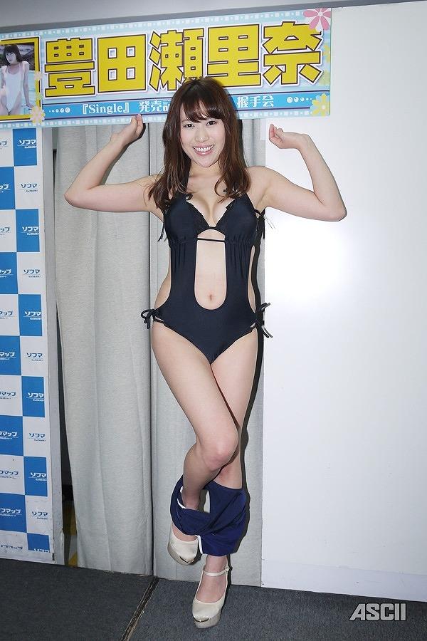 1thDVD「Single」の発売記念イベントでソフマップに登場した豊田瀬里奈