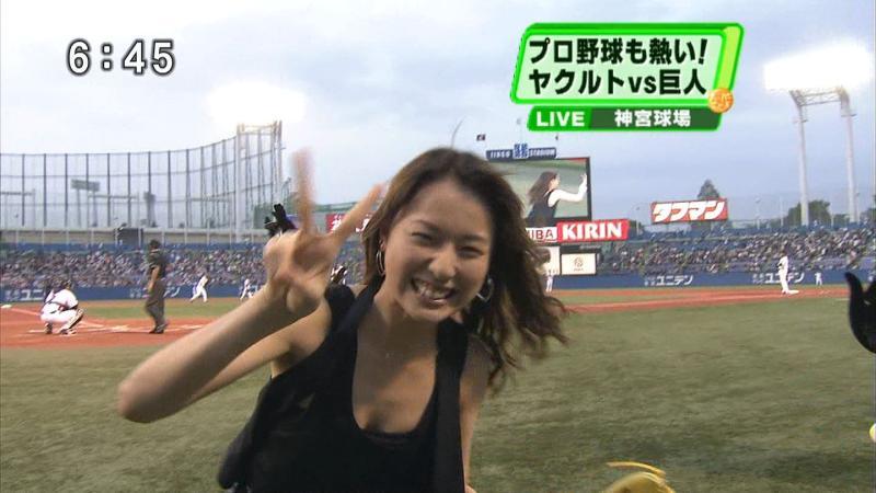 タンクトップを着た戸田恵梨香の胸チラ