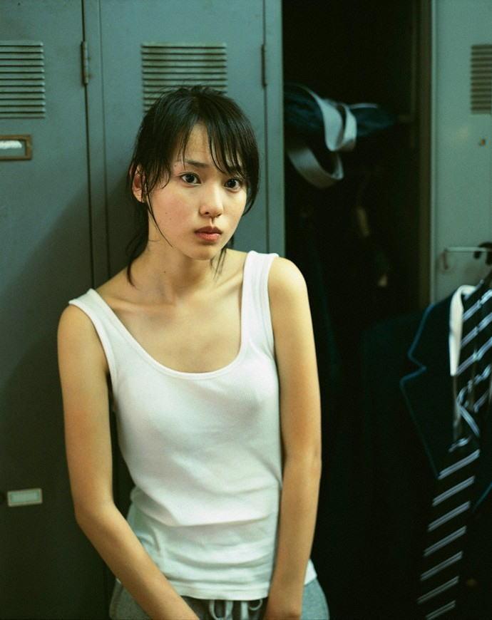 白いタンクトップを着て乳首が透けてる戸田恵梨香のグラビア
