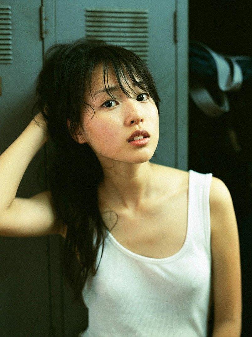 白いタンクトップを着て乳首ポチしてる戸田恵梨香のグラビア