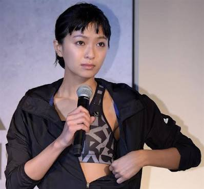 「アディダス ウーマンプレスカンファレンス 2016」で鍛えられた体を披露した榮倉奈々