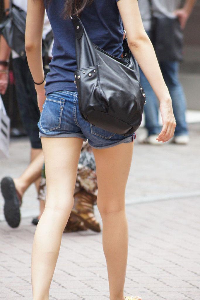 ショートパンツを履いた生足女子