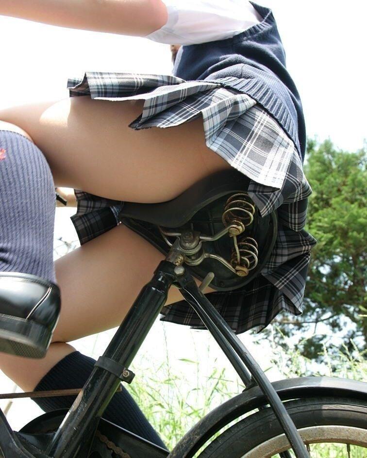自転車に乗った制服女子高生を下から撮った画像