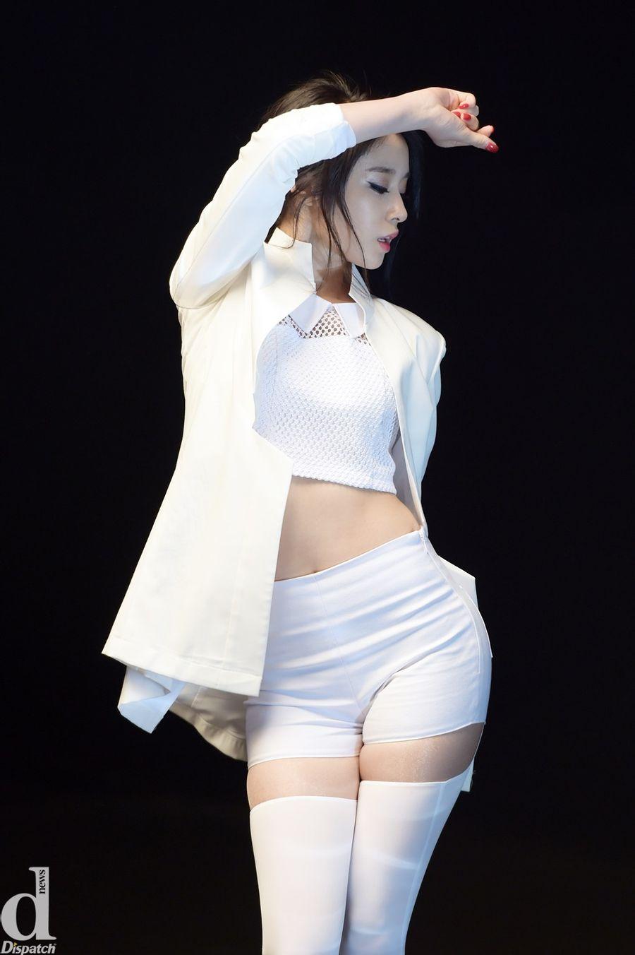 セクシーなショートパンツ衣装で踊るT-araのジヨン