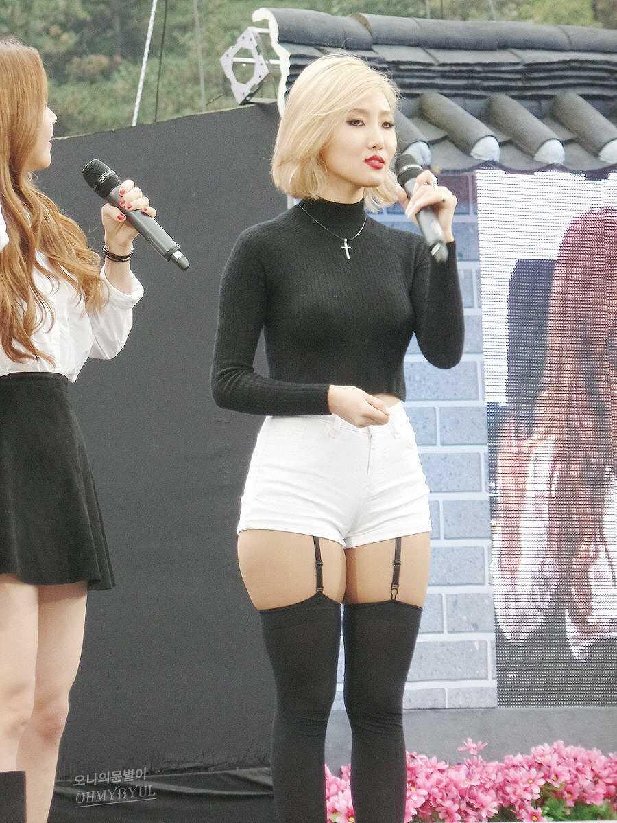 セクシーなショートパンツ衣装を着た韓国アイドル