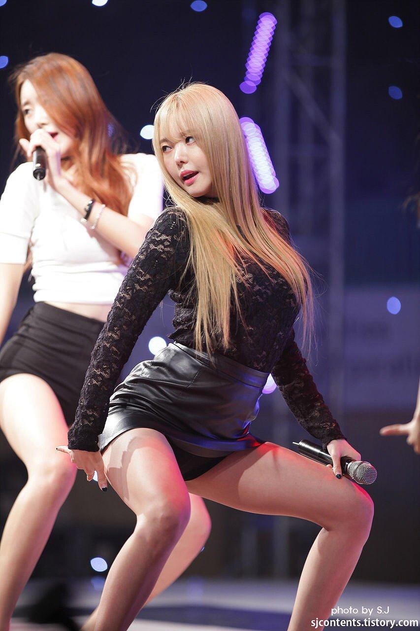 セクシー衣装でお尻を突き出した韓流アイドル