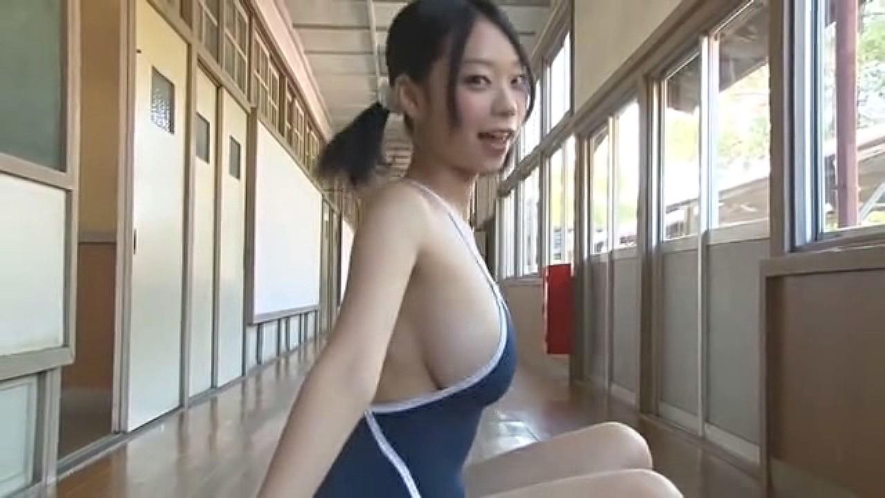 青山ひかるのイメージビデオ「アイしてる?」キャプチャ画像、スクール水着でバランスボールをする青山ひかる