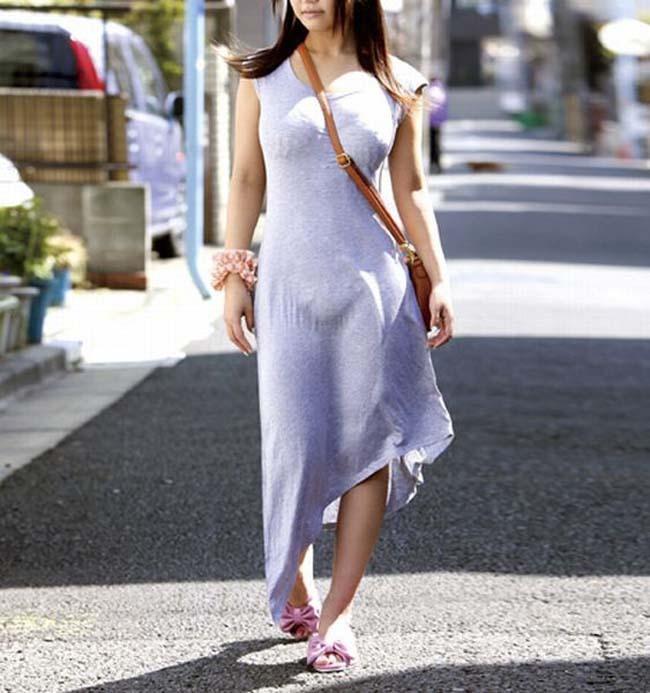 柔らかい布のワンピースで体のラインがくっきりな女