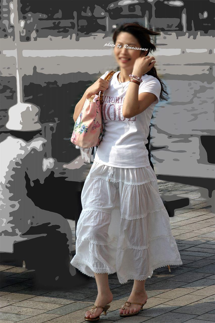 白いスカートを履いて脚が透けまくってる女
