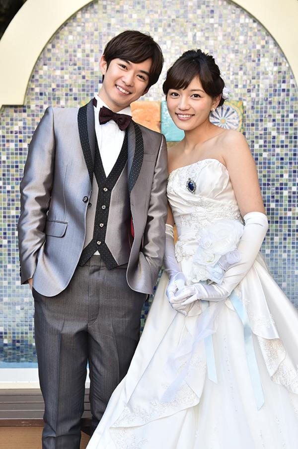 ドラマ「家族ノカタチ」で夫婦役を演じる川口春奈と千葉雄大、川口春奈のウェディングドレス姿