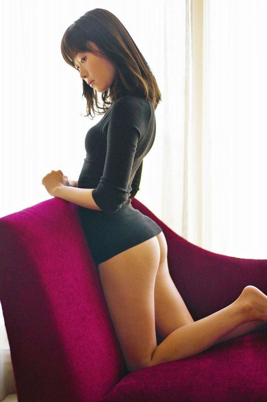 最新写真集で何も履いてないお尻を見せている指原莉乃