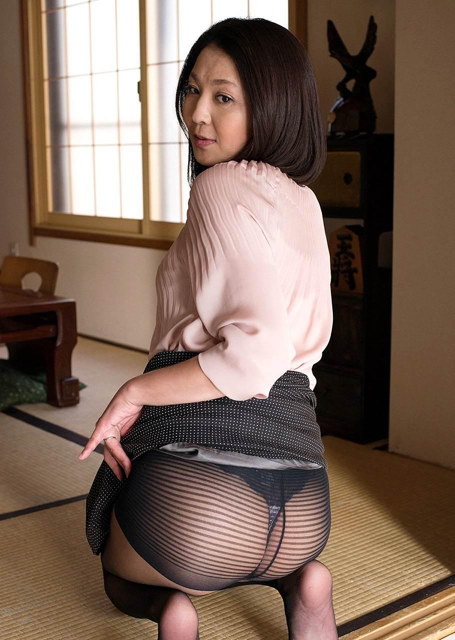 熟女AV女優・志穂里のTバック、黒ストッキンググラビア