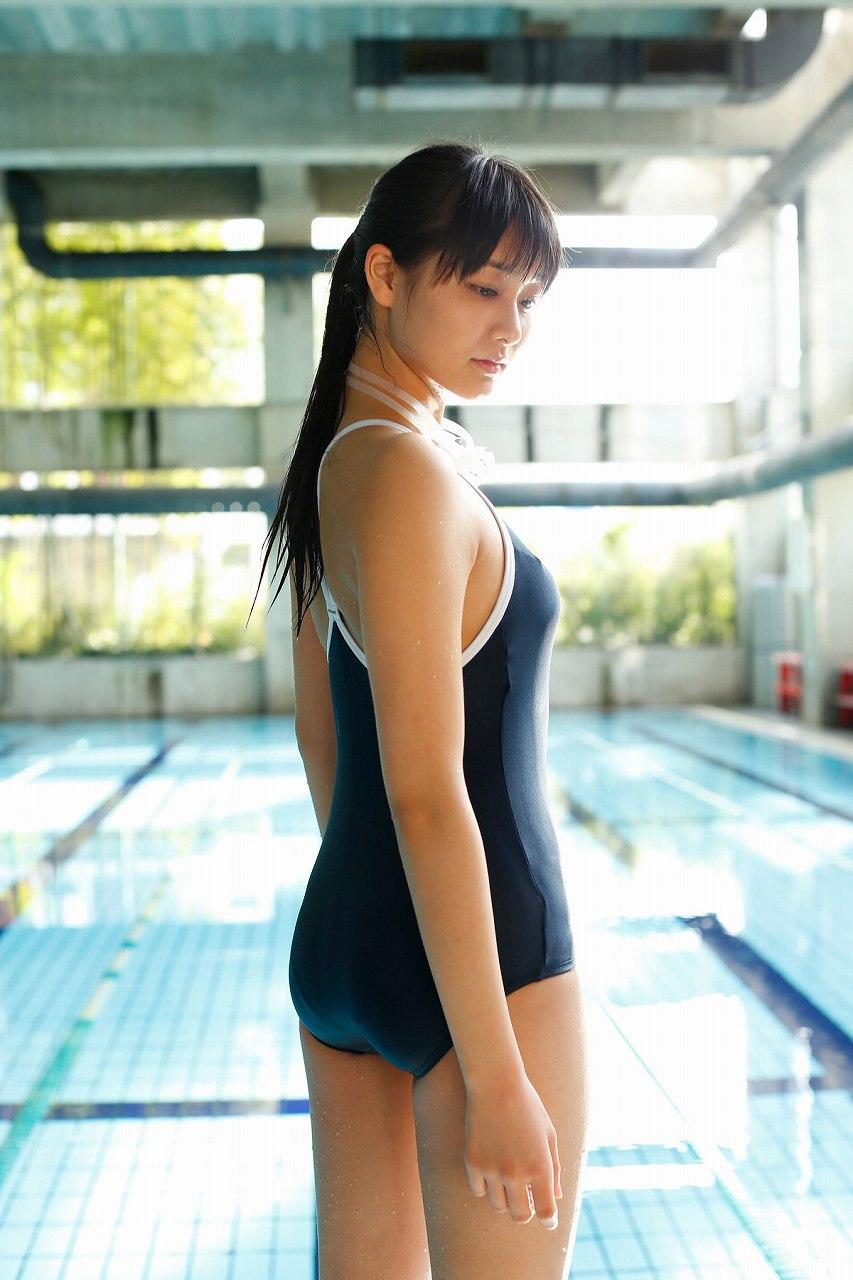 和田彩花のスクール水着グラビア