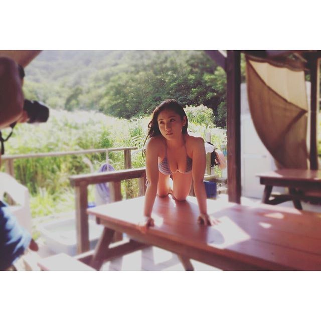 紗綾のグラビア撮影での水着オフショット