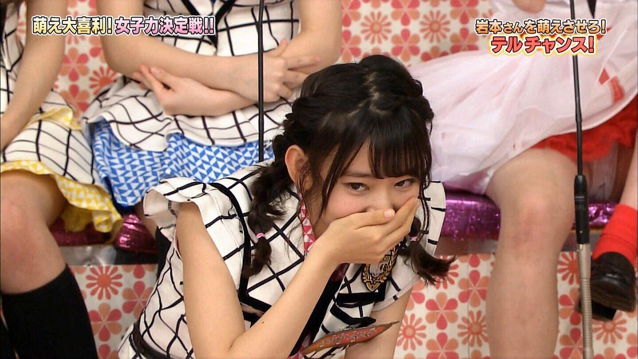 クロッチ丸見えパンチラしてるNGT48・荻野由佳と映り込んでる宮脇咲良