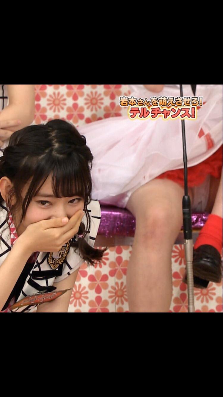 クロッチ丸見えパンモロしてるNGT48・荻野由佳と映り込んでる宮脇咲良