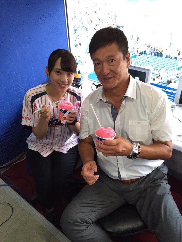 野球解説席でかき氷を食べる都丸紗也華