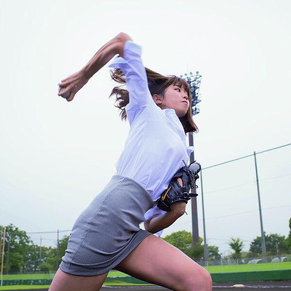 OLスーツでボールを投げる稲村亜美