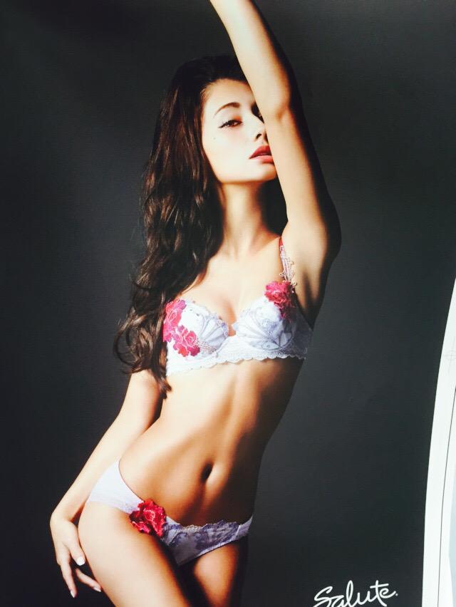 「anan」でワコールのセクシーな下着を身に着けたダレノガレ明美