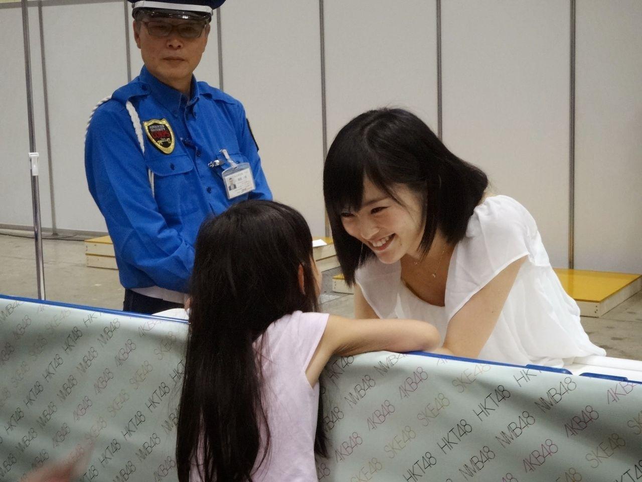 握手会で女の子に神対応する山本彩