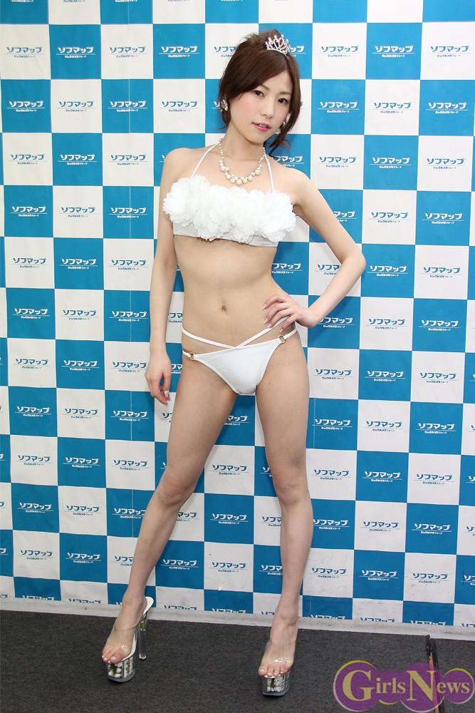 ファーストDVD「でびゅー」の発売記念イベントでソフマップに登場した栗崎結衣