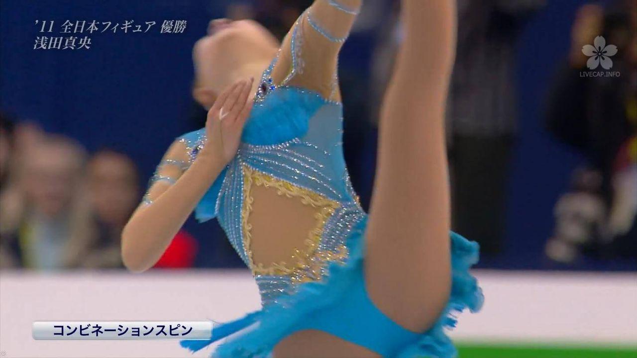 スケート衣装で開脚した浅田真央の股間