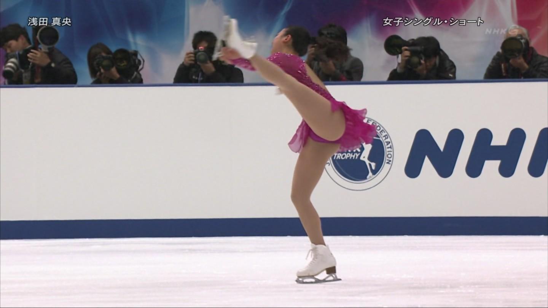 スケート衣装で開脚した浅田真央