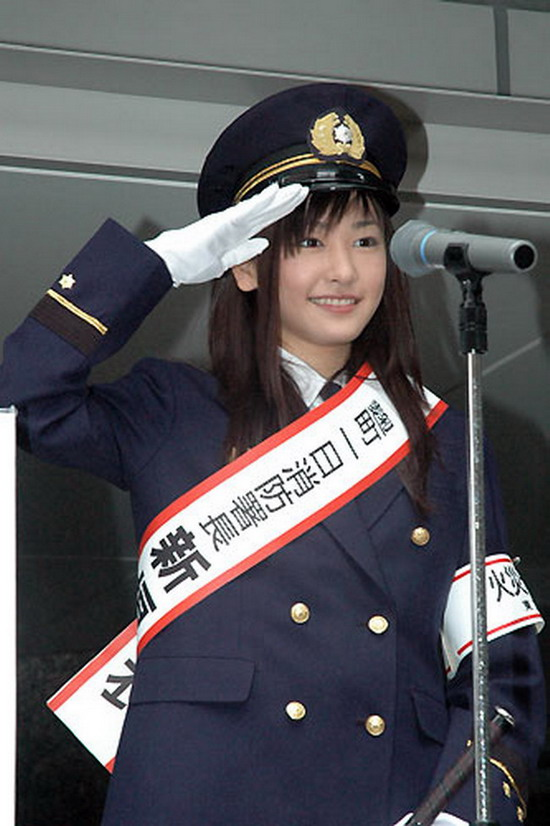 一日消防署長をして制服を着た新垣結衣