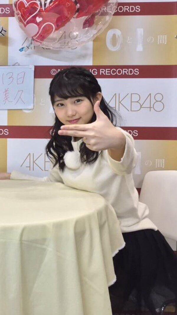 写メ会で育ったおっぱいを机の上に乗せるHKT48・田中美久