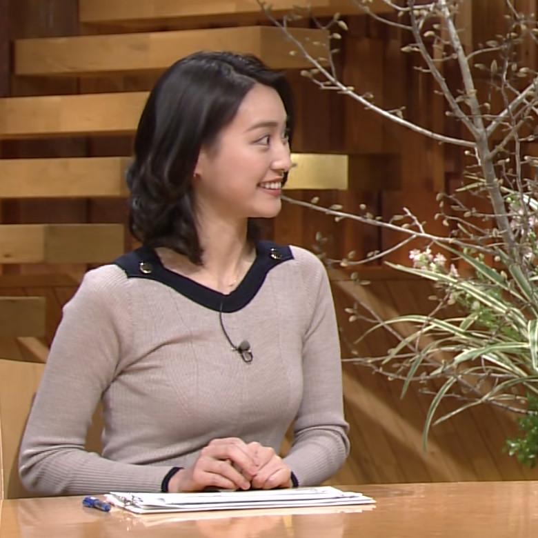 「報道ステーション」で胸が目立つ衣装を着た日の小川彩佳の着衣巨乳