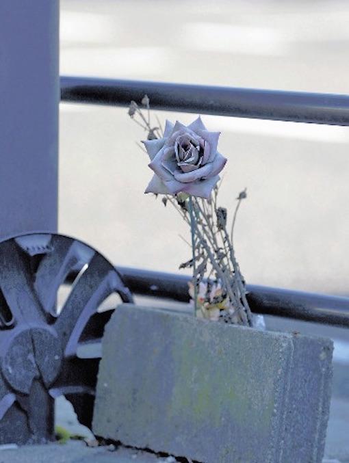 女子生徒が亡くなった現場の花
