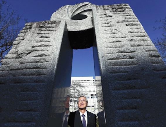 救命救急の碑の前に立つ山田さん