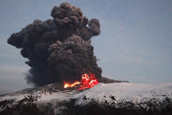エイヤフィヤトラヨークトル火山噴火