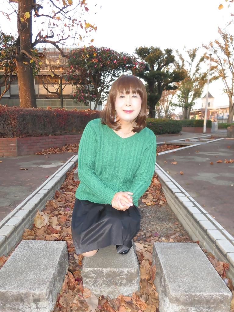 緑セーター黒スカートC(2)