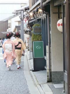 上七軒を歩く舞妓・芸妓さん