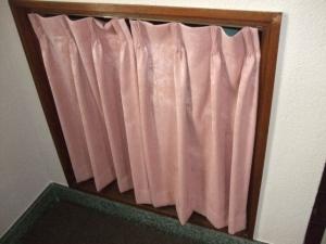 収納にカーテンで目隠し
