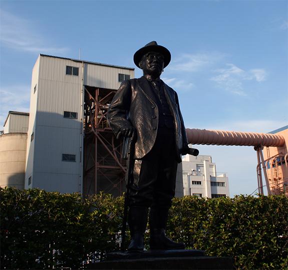 江東区セメント発祥の地に建つ浅野総一郎の像