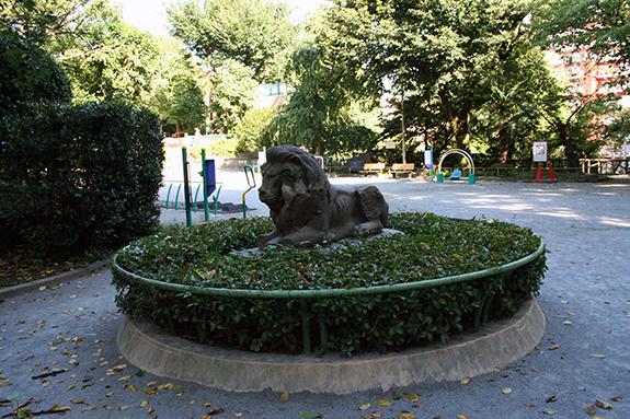 番町 東郷平八郎旧宅にあるライオン像